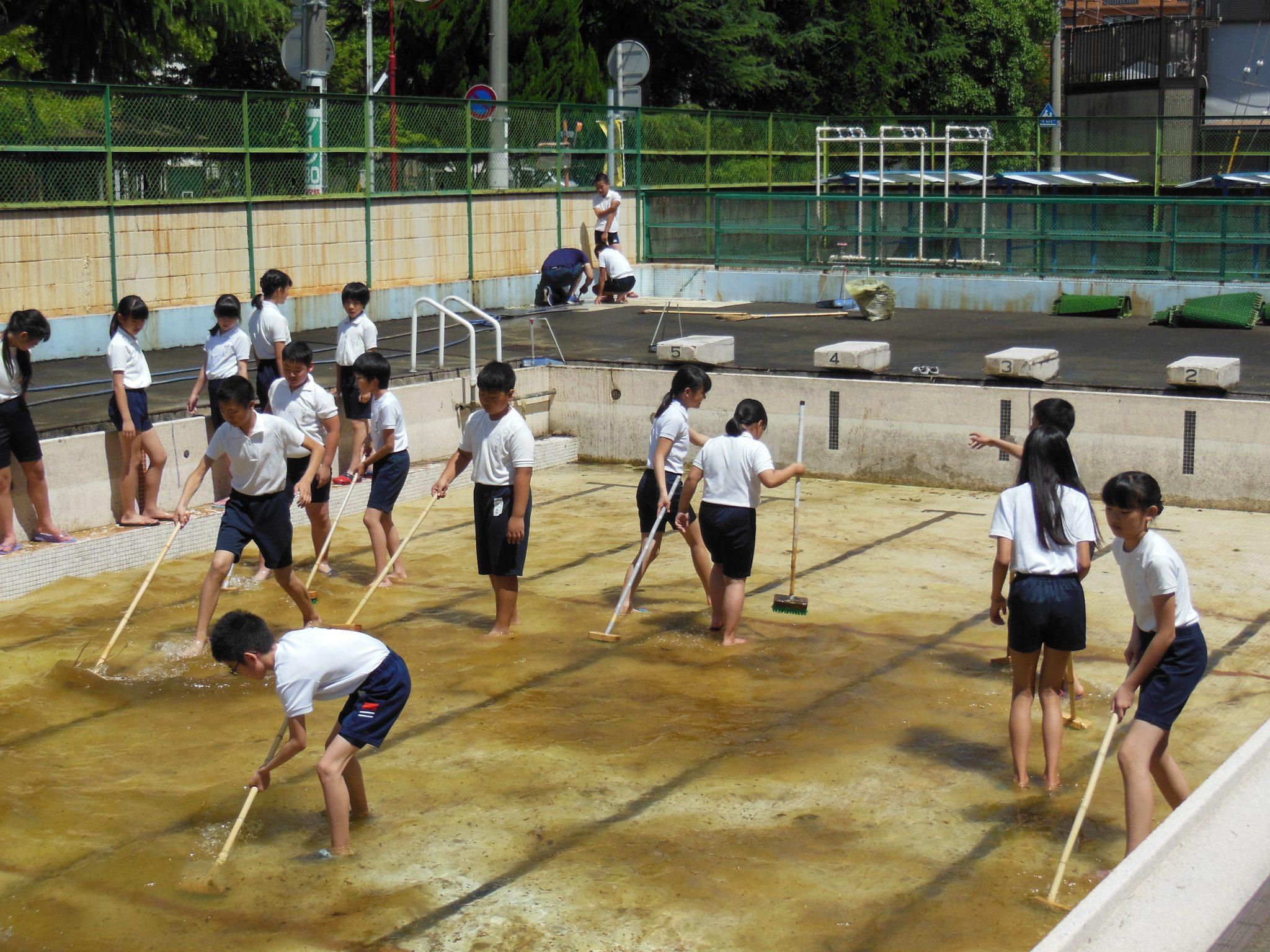 6年生が大活躍!~プール掃除~